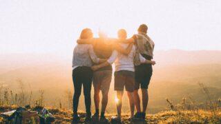 肩を組む家族